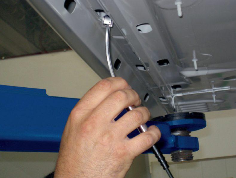 「袋構造部内面膜厚用プローブ」V3FGA06Hによって自動車産業は、これまでアクセスできなかったボディ中空部においてさえKTL膜厚を非破壊方式で迅速かつ正確に測定できるプローブを得たことになります。