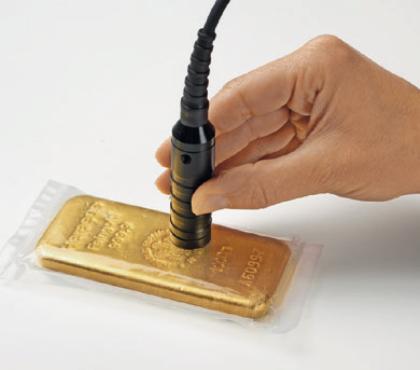 純金延べ棒の検査 -保護シートを通してでも測定可能